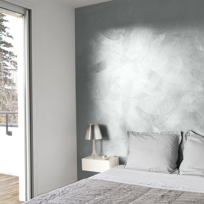 Habiller un mur de la chambre avec une peinture effet métal griffé ...