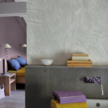 Une salle de bains au mur effet béton