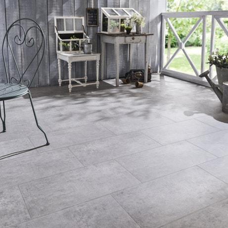 Du carrelage gris effet béton pour la terrase au style romantique