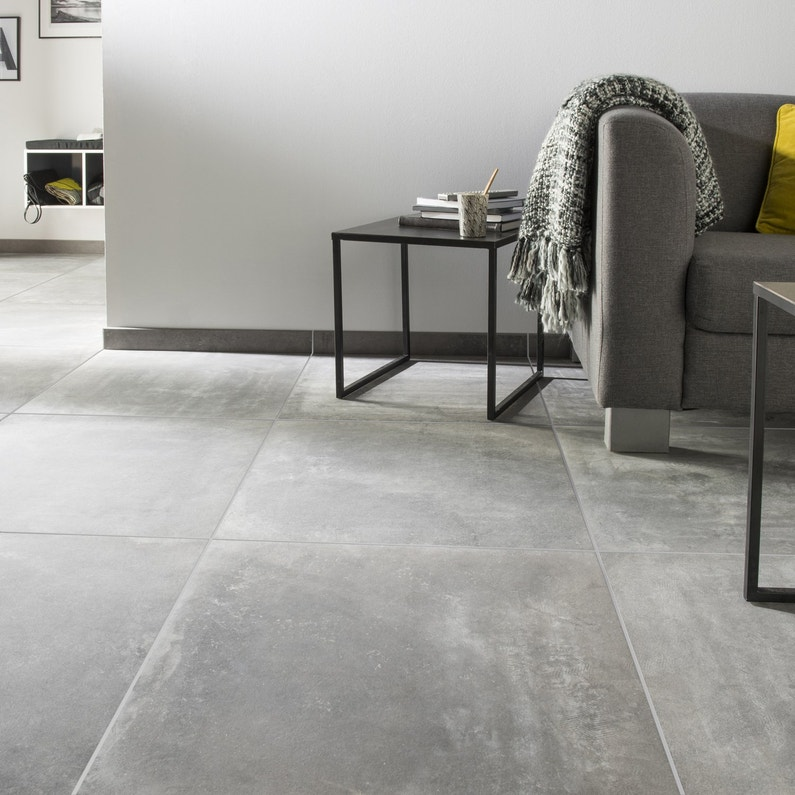 Du carrelage gris anthracite effet b ton pour un salon for Carrelage design