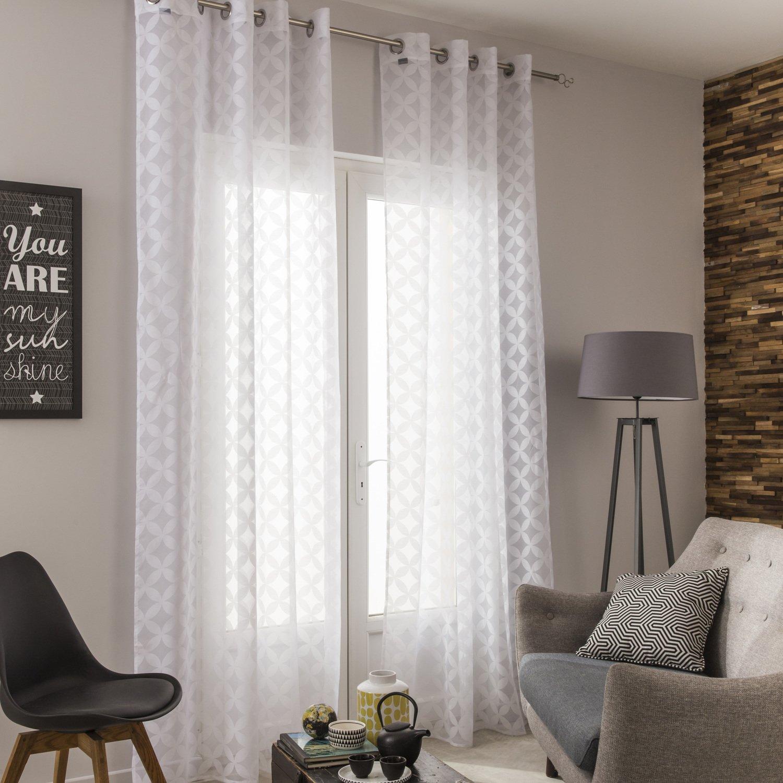 Des voilages blancs pour un salon aux tonalit s claires gris et bois leroy merlin for Voilage pour salon