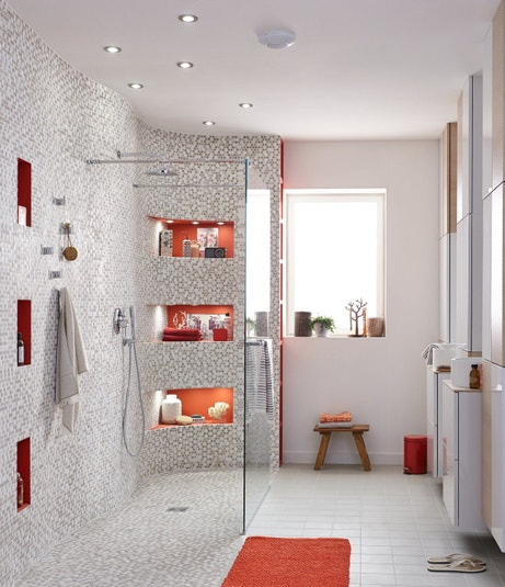 une grande douche litalienne avec des touches de orange
