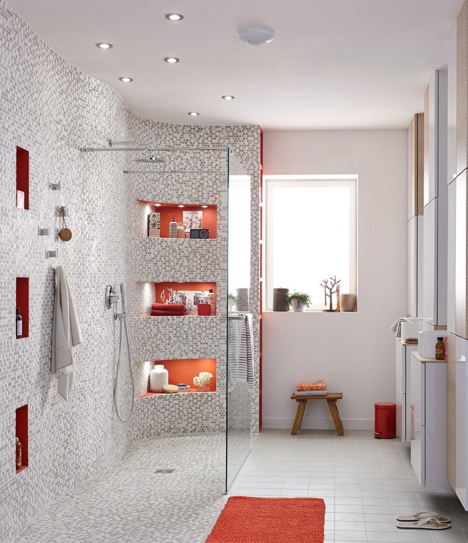 Une Grande Douche à Lu0027italienne Avec Des Touches De Orange
