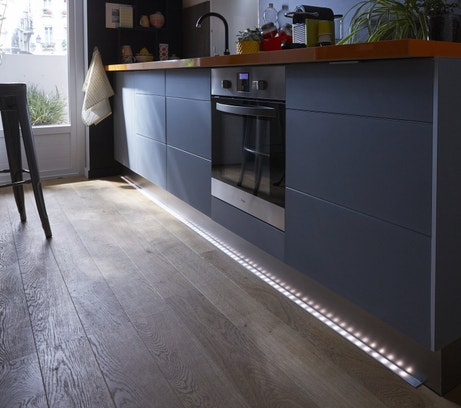 Ruban LED pour baliser le sol de la cuisine