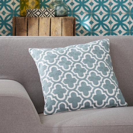 Un coussin bleu aux formes géométriques de style scandinave