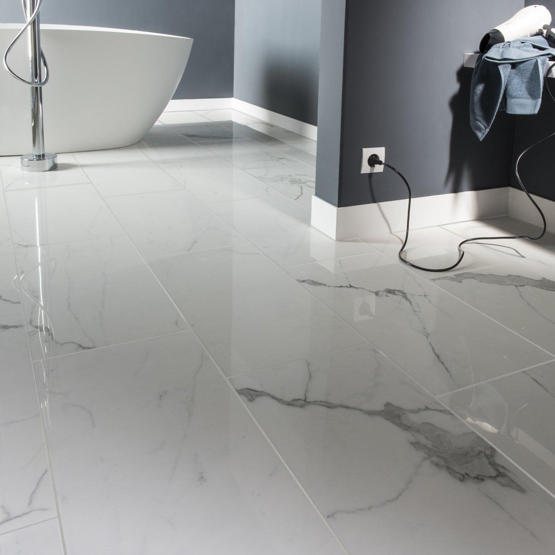 Une salle de bains en carrelage brillant effet marbre leroy merlin - Carrelage blanc brillant salle de bain ...