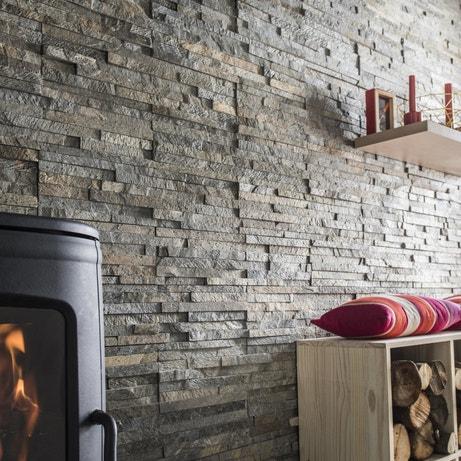 Des plaquettes de parement en pierre naturelle grise pour donner un côté minéral au salon