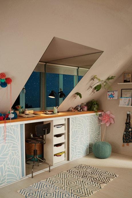 Cet atelier au style bohème offre des rangements optimisés permettant un gain de place