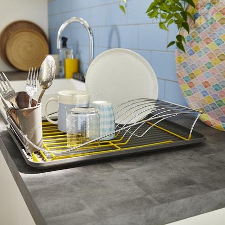 Un égouttoir en plastique pour sécher votre vaisselle