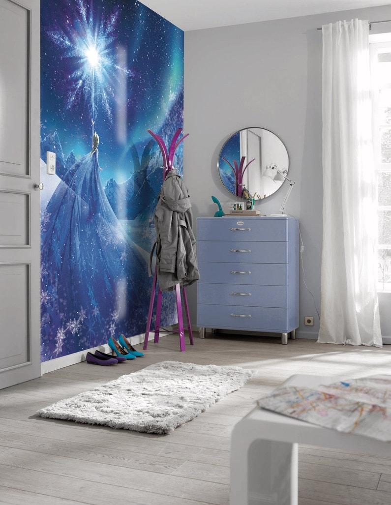Une chambre de fille avec un m ga poster de la reine des for Chambre reine des neiges
