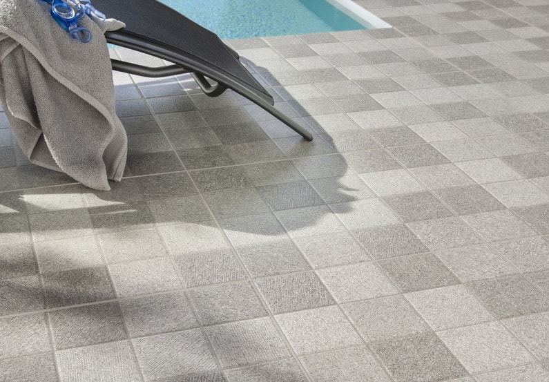 Des carrelages qui vivent dehors for Colle carreaux piscine