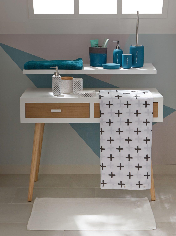 une tag re de salle de bains avec un rideau textile