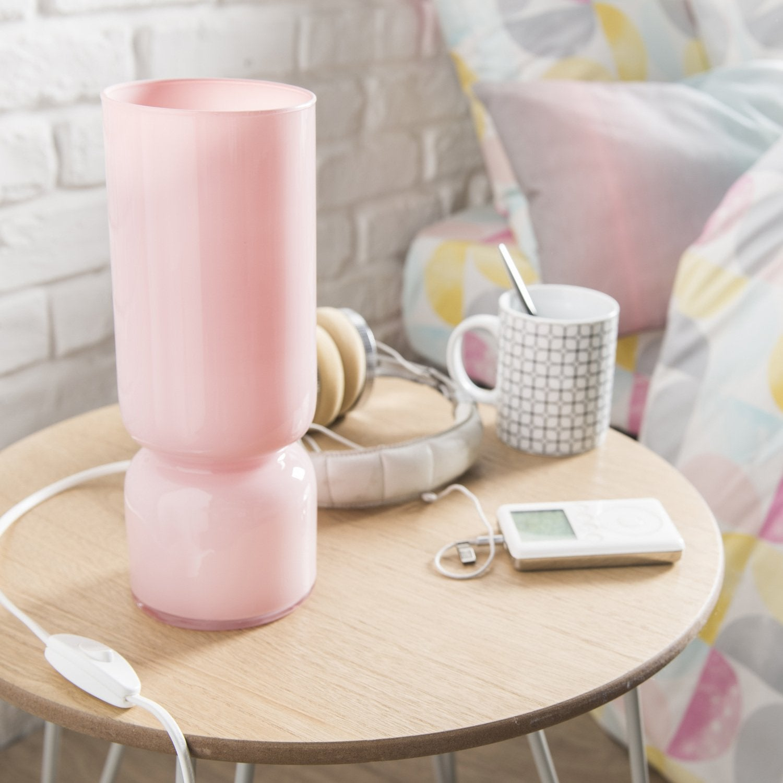 Une lumière douce avec une lampe rose pour une déco de chambre ...