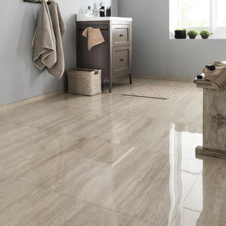 Un sol en carrelage brillant effet marbre