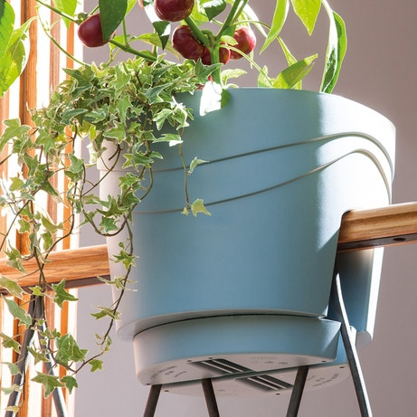 Un pot gris bleu en plastique adaptable à la rambarde