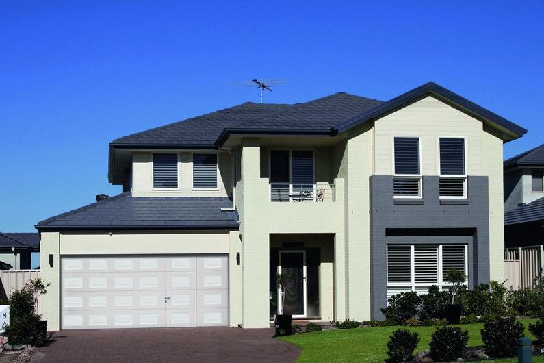 Une porte de garage moderne grise anthracite avec - Porte de garage moderne ...