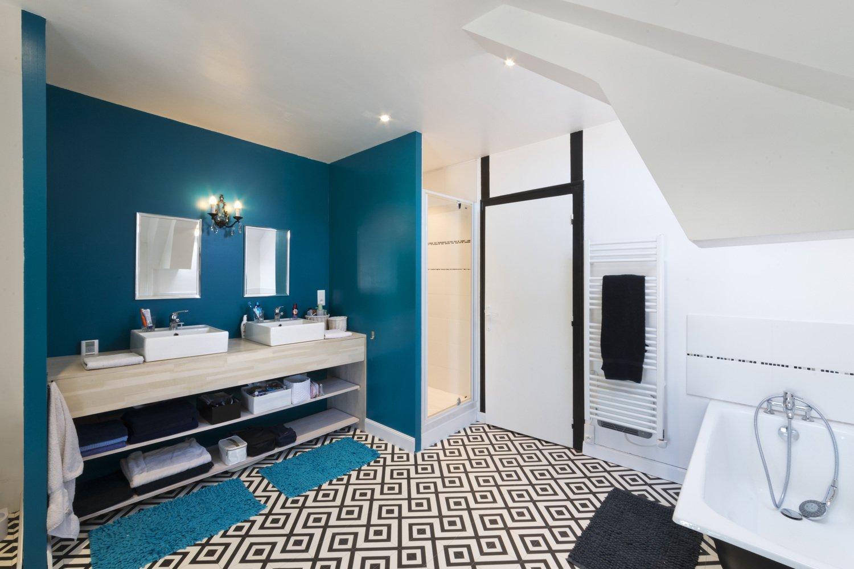 Un sol géométrique dans une salle de bains contemporaine ...