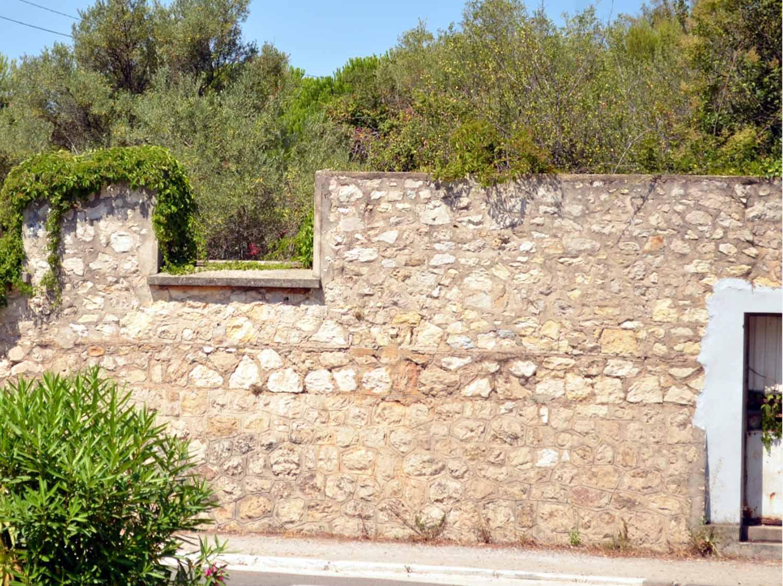 Comment rénover un mur en pierre avec un enduit à pierre vue ?