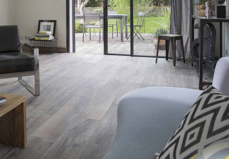Carrelage Gris Meuble Bois réchauffez-vous avec le carrelage aspect bois | leroy merlin