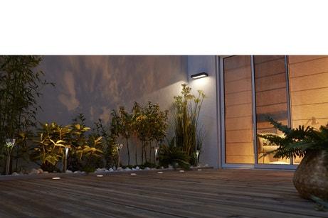 Une terrasse en bois éclairée la nuit