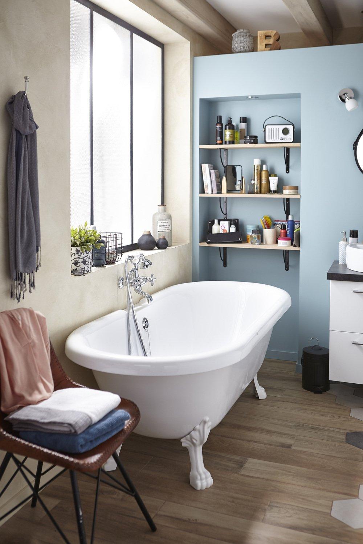 une salle de bains vintage et chic avec sa baignoire sur pied leroy merlin. Black Bedroom Furniture Sets. Home Design Ideas