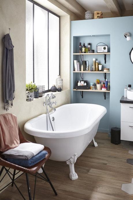 Une salle de bains vintage et chic avec sa baignoire sur pied