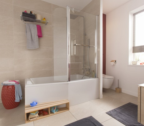 Une salle de bains optimisée avec baignoire et WC