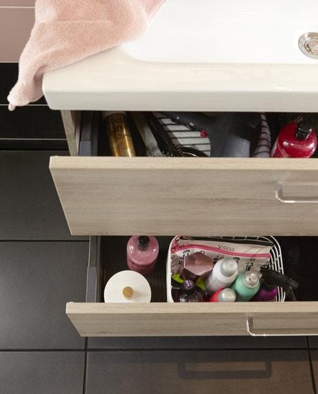 Un meuble sous-vasque imitation chêne grisé avec tiroirs coulissants