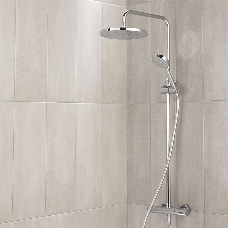 Un mur de carrelage rectangulaire gris clair pour douche for Carrelage rectangulaire salle de bain