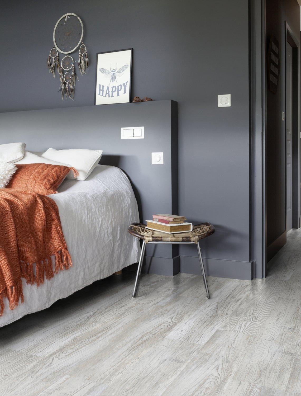 Embellir sa chambre avec un rev tement de sol en lames adh sives gris clair leroy merlin - Revetement de sol chambre ...