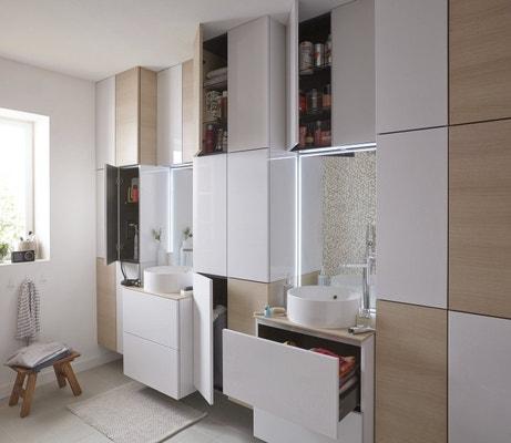 Des plans vasques entre les colonnes de rangements en bois et blanc