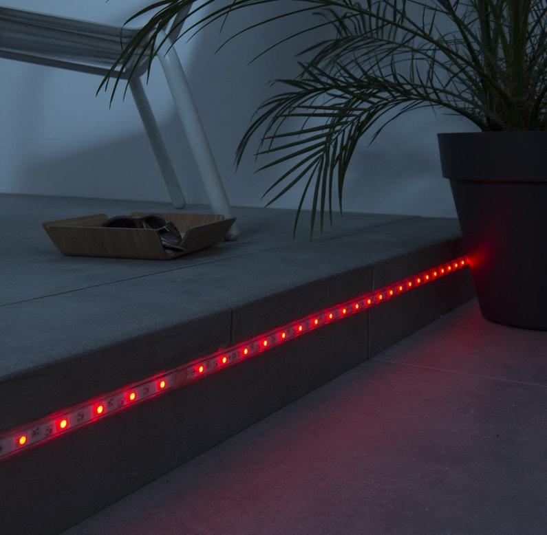 un ruban led rouge pour clairer votre ext rieur leroy. Black Bedroom Furniture Sets. Home Design Ideas