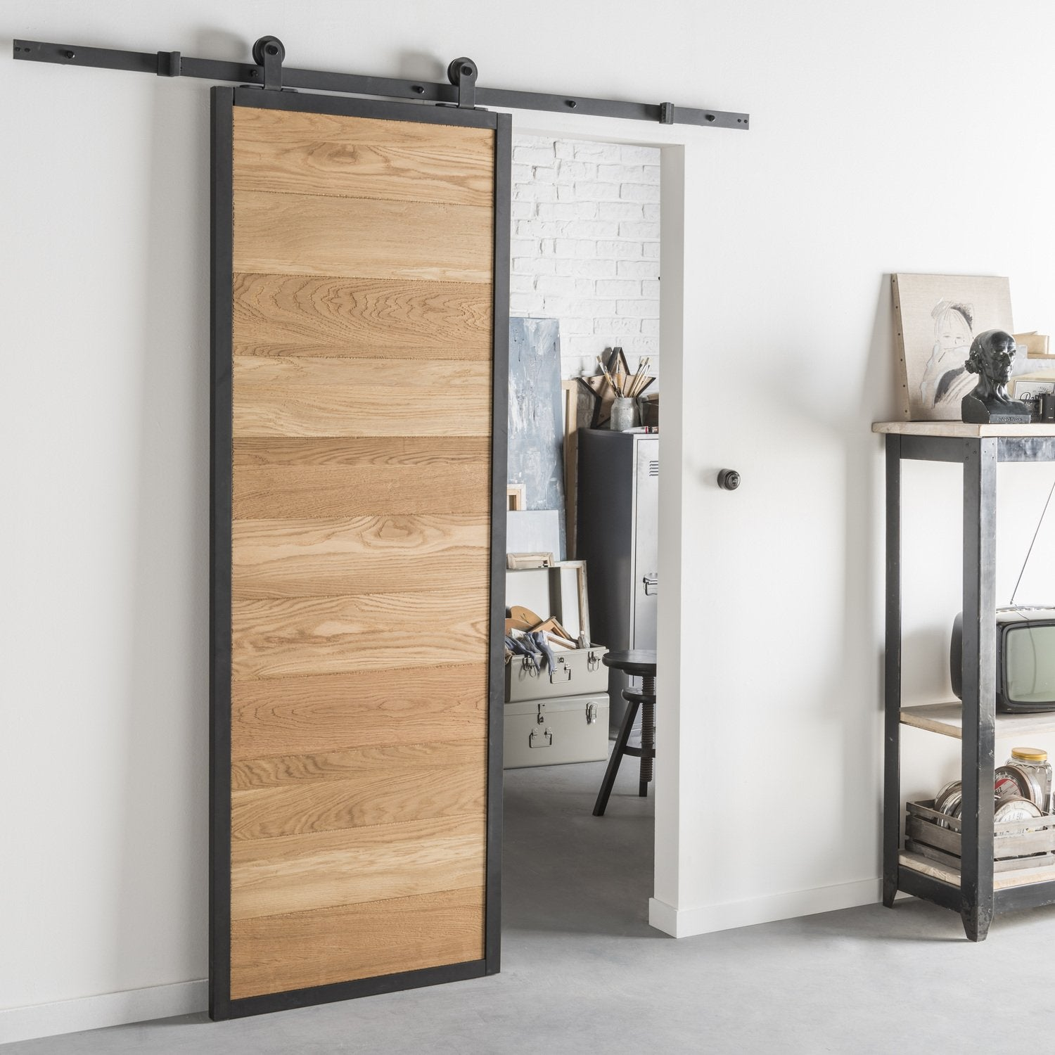 good tout style industriel pour une porte coulissante en bois et alu with kit porte coulissante. Black Bedroom Furniture Sets. Home Design Ideas