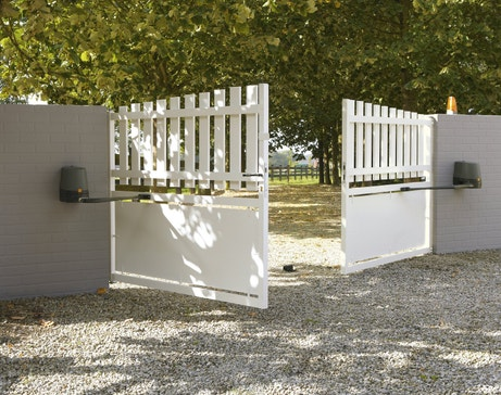 Un portail blanc en PVC motorisé
