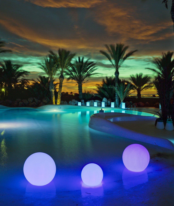 une lumin re douce dans la piscine avec des boules lumineuses bleues leroy merlin. Black Bedroom Furniture Sets. Home Design Ideas