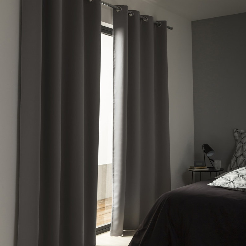 des rideaux occultants gris fonc s pour la chambre leroy merlin. Black Bedroom Furniture Sets. Home Design Ideas