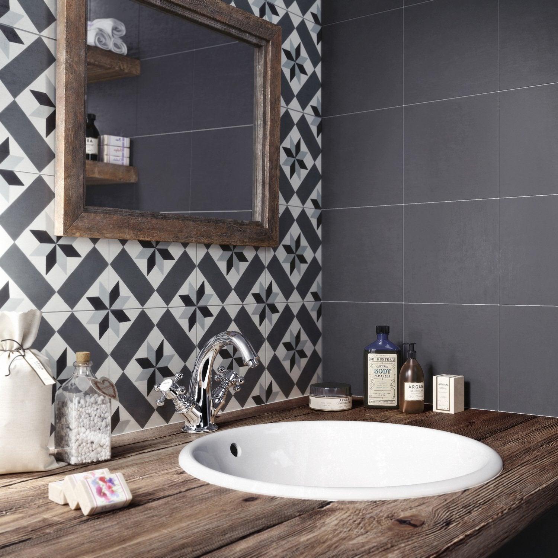 Des carreaux de ciment dans la salle de bains
