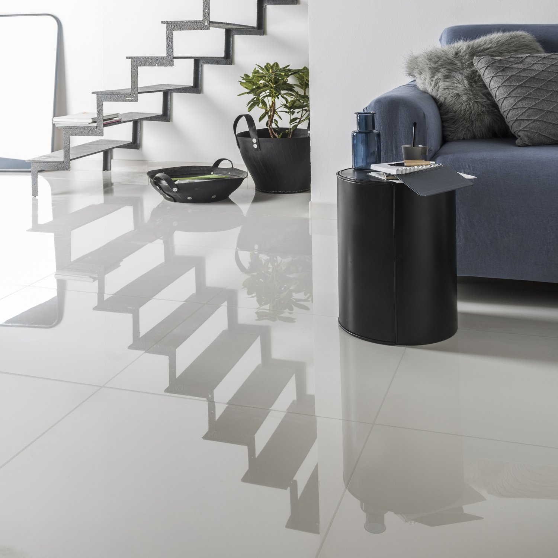 Un carrelage blanc brillant grand carreau pour salon design | Leroy ...