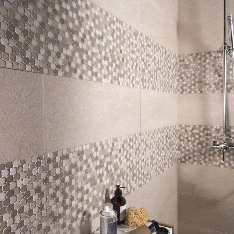 Un carrelage mural effet galet beige et blanc pour la douche dans la salle de bain leroy merlin - Salle de bain beige et blanc ...