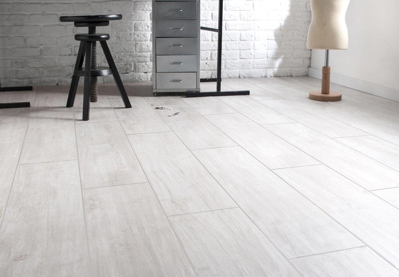 Habiller le sol de votre salon avec un carrelage blanc ivoire effet ...