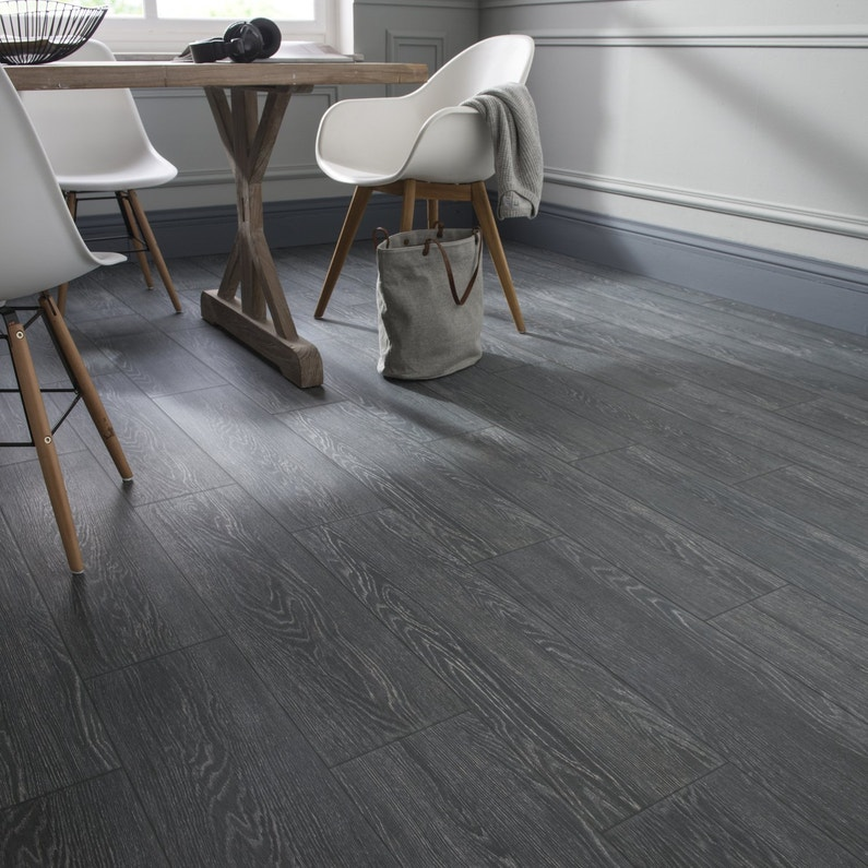 Un carrelage imitation bois gris anthracite en salle de for Carrelage interieur gris anthracite