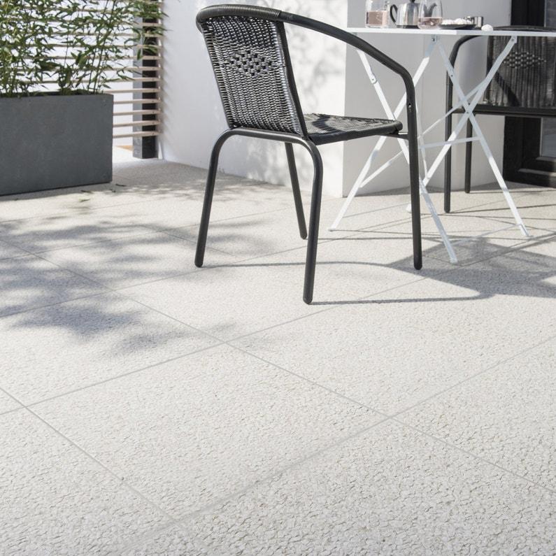 un carrelage carr gris clair pour une terrasse leroy merlin. Black Bedroom Furniture Sets. Home Design Ideas
