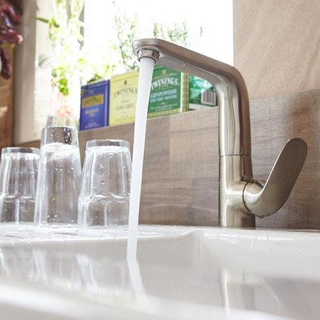 Un robinet mitigeur avec son manche inclinable