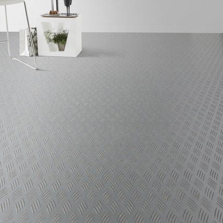 Donner du relief avec un sol PVC gris effet métal brut