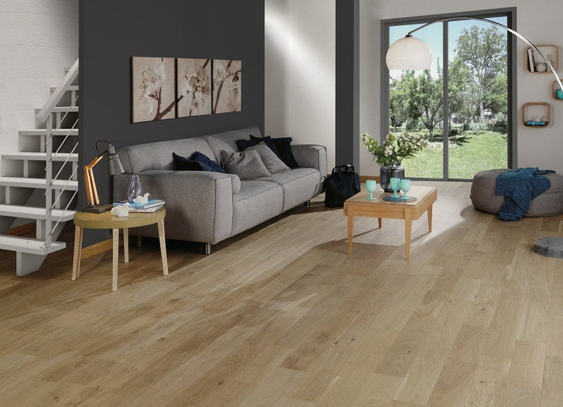 un parquet en ch ne naturel pour sublimer votre salon leroy merlin. Black Bedroom Furniture Sets. Home Design Ideas