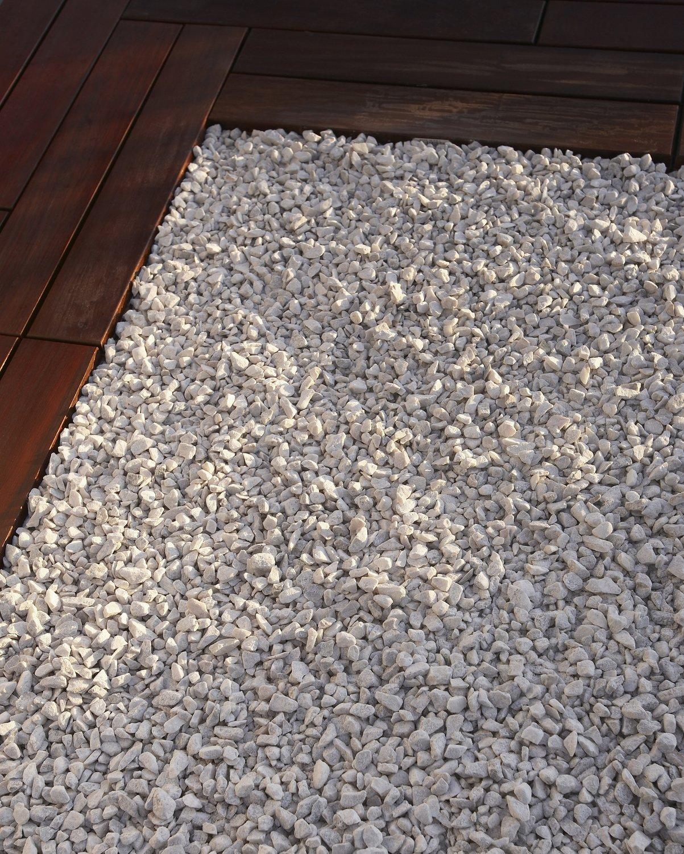 Recouvrir Les Abords De La Terrasse Avec Du Gravier De Marbre Blanc