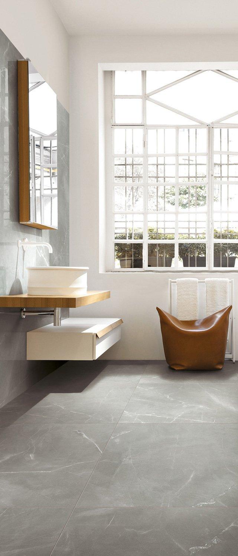 Un carrelage de sol gris brillant en salle de bains for Carrelage brillant salle de bain
