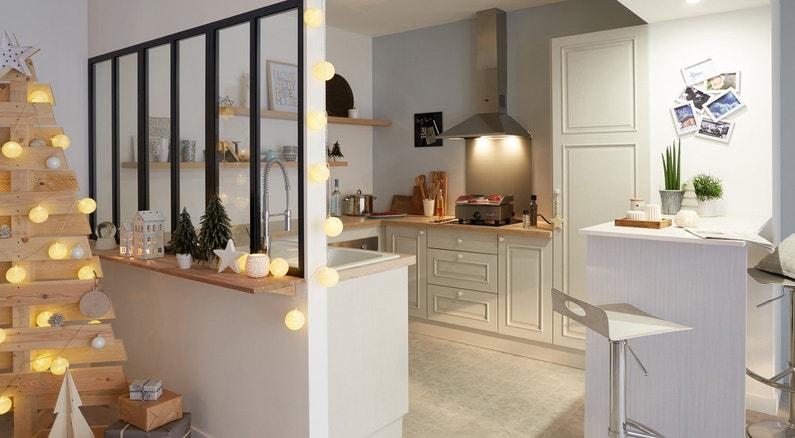 une verri re dans la cuisine blanche de style campagne. Black Bedroom Furniture Sets. Home Design Ideas