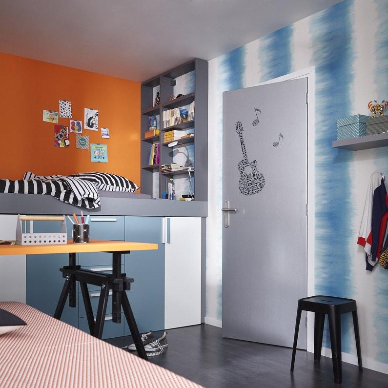 Une chambre d'enfant moderne avec du rangement sous le lit