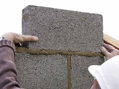 Construire un mur en parpaings ma onner leroy merlin for Resistance parpaing